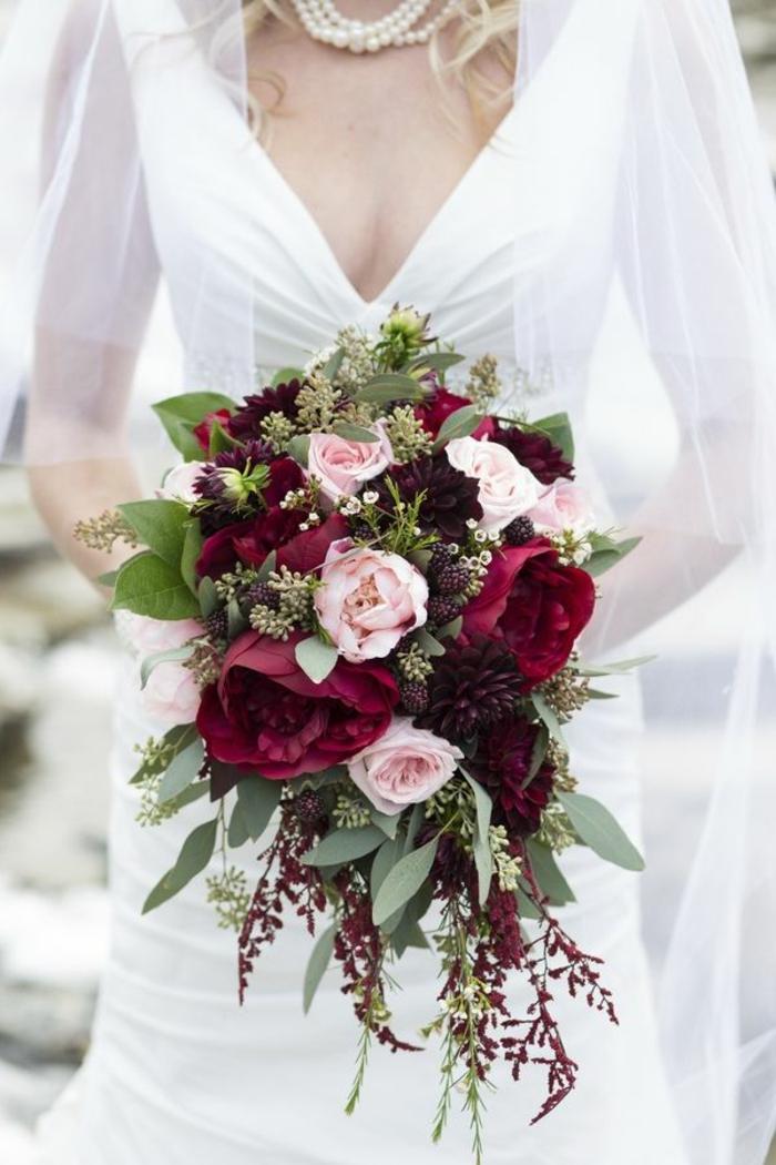 elegante-Braut-romantischer-Strauß-rosa-Rosen-rote-Pfingstrosen