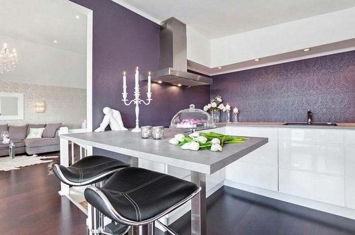 elegante-Küche-Esszimmer-moderne-Möbel-weiße-Tulpen-extravagante-lila-Küchen-Tapeten