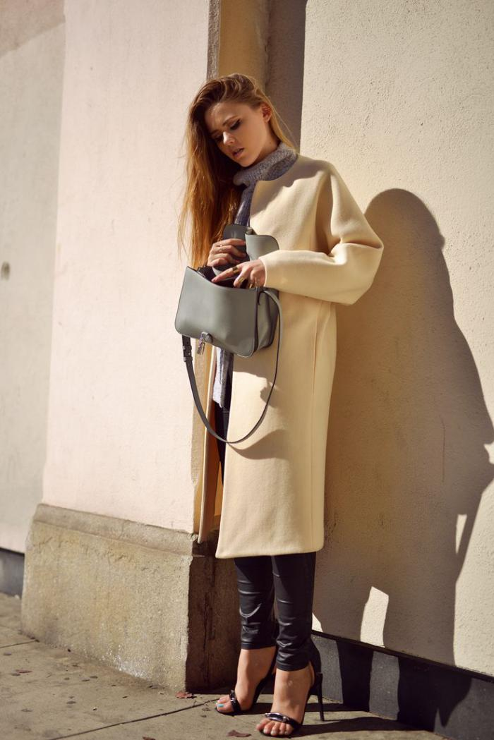 elegante-Vision-langer-Mantel-Lederhosen-Sandalen