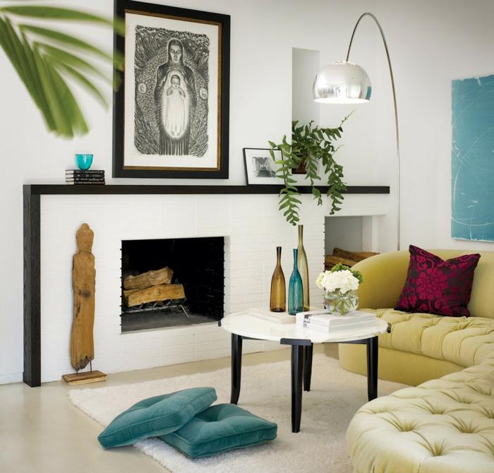 elegante-Wohnzimmer-Einrichtung-weiße-Wände-Kamin-Ikone-Designer-Vasen-originelle-leseleuchte