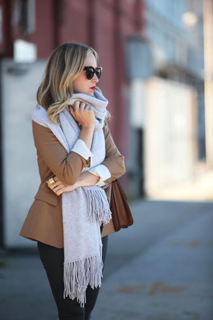 elegante-jacken-Damen-Mantel-Karamell-Farbe-grauer-Schal-alltäglicher-Look