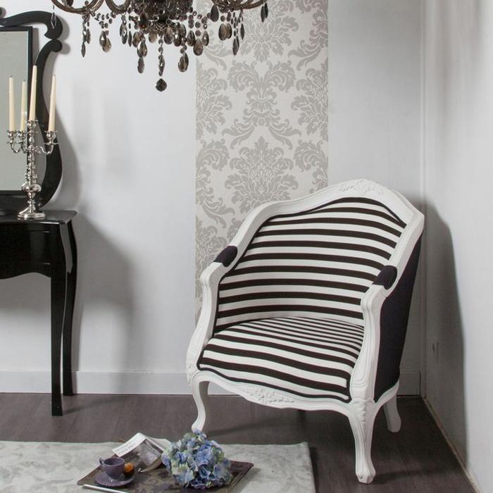 eleganter-Lounge-sessel-Barock-Design-schwarz-weis-Streifen-elegantes-Interieur-Kerzenhalter-Kronleuchter-Kristalle