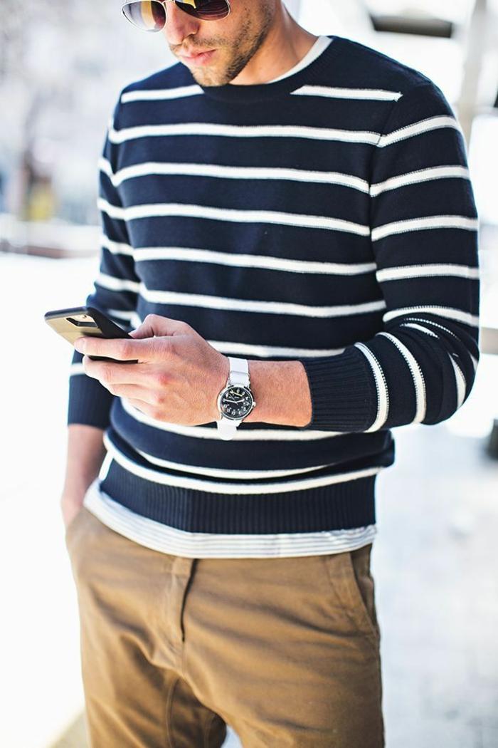 eleganter-Outfit-Herren-Pullover-Streifen-braune-Hosen-weiße-Handuhr