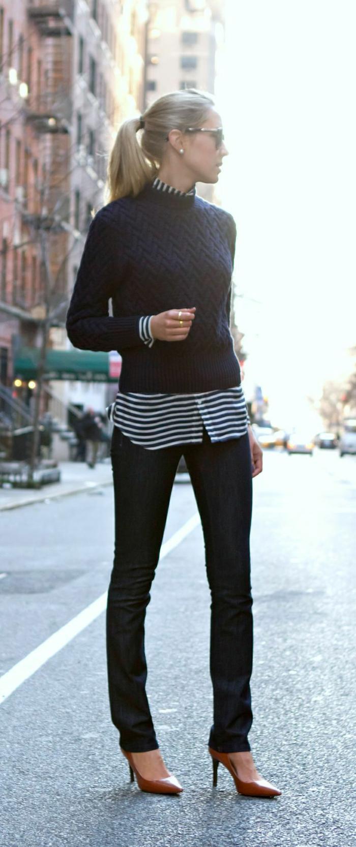 eleganter-Outfit-schwarze-Hosen-gestreiftes-Hemd-kurzer-gestrickter-Pullover