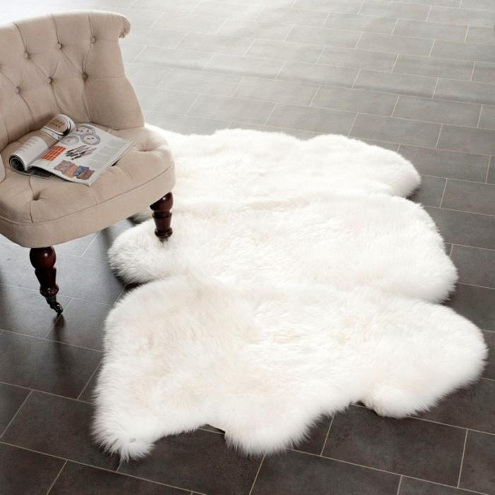 eleganter-Sessel-weißes-Pelz-statt-Teppich