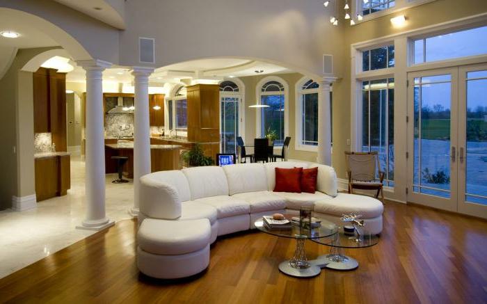 weißes-Ledersofa-halbrunde.Form-rote-Kissen-räumliche-Wohnung