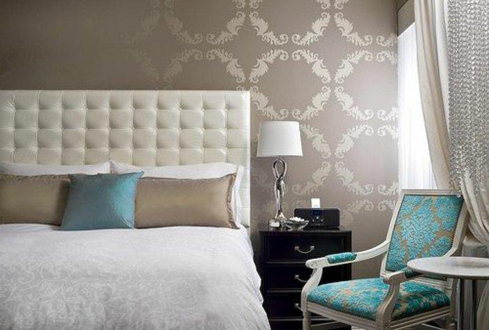 elegantes-Schlafzimmer-Interieur-King-Size-Bett-stilvolle-Tapeten