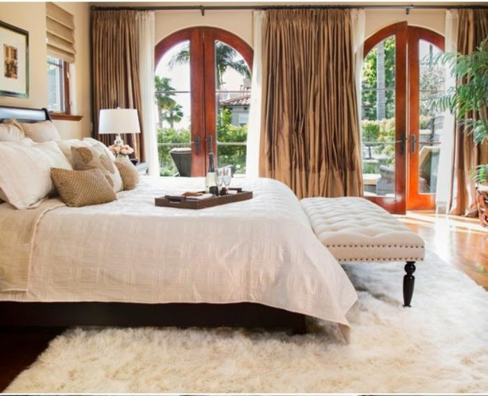 elegantes-Schlafzimmer-Interieur-stilvolle-Gardinen-Satin-flaumiger-Teppich