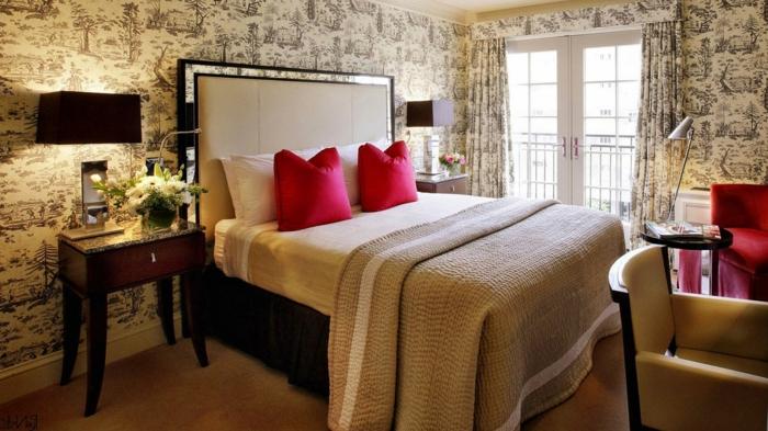elegantes-Schlafzimmer-king-size-bett-rote-Kissen-und-Sessel-vintage-Tapeten-Gardinen-mit-dem-gleichen-Muster