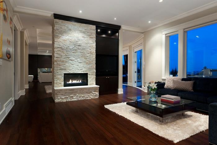 elegantes-Wohnzimmer-Interieur-Kamin-großes-Sofa-weißer-Teppich
