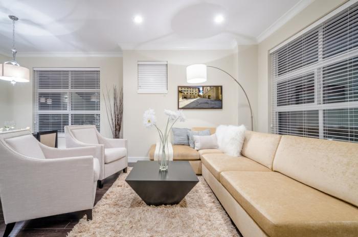 elegantes-Wohnzimmer-Interieur-helle-Nuancen-stilvolle-Möbel-hochwertiger-Teppich