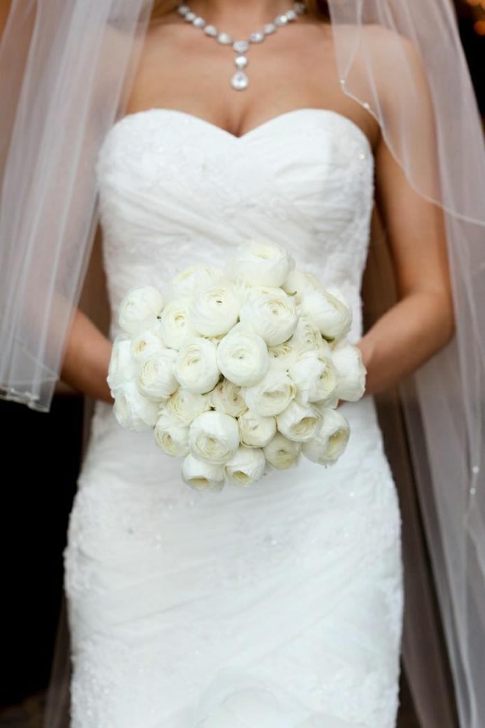 elegnter-Strauß-für-Hochzeit-weiße-Pfingstrosen-Augen