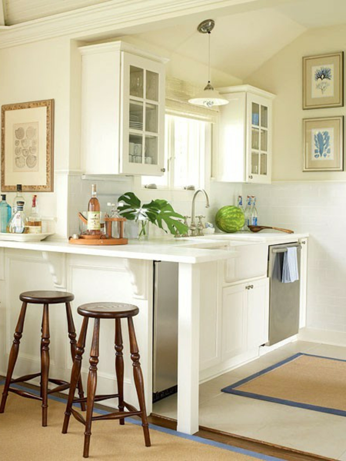 essecke-modern-in-weiss-zwei-barhocker-in-der-küche