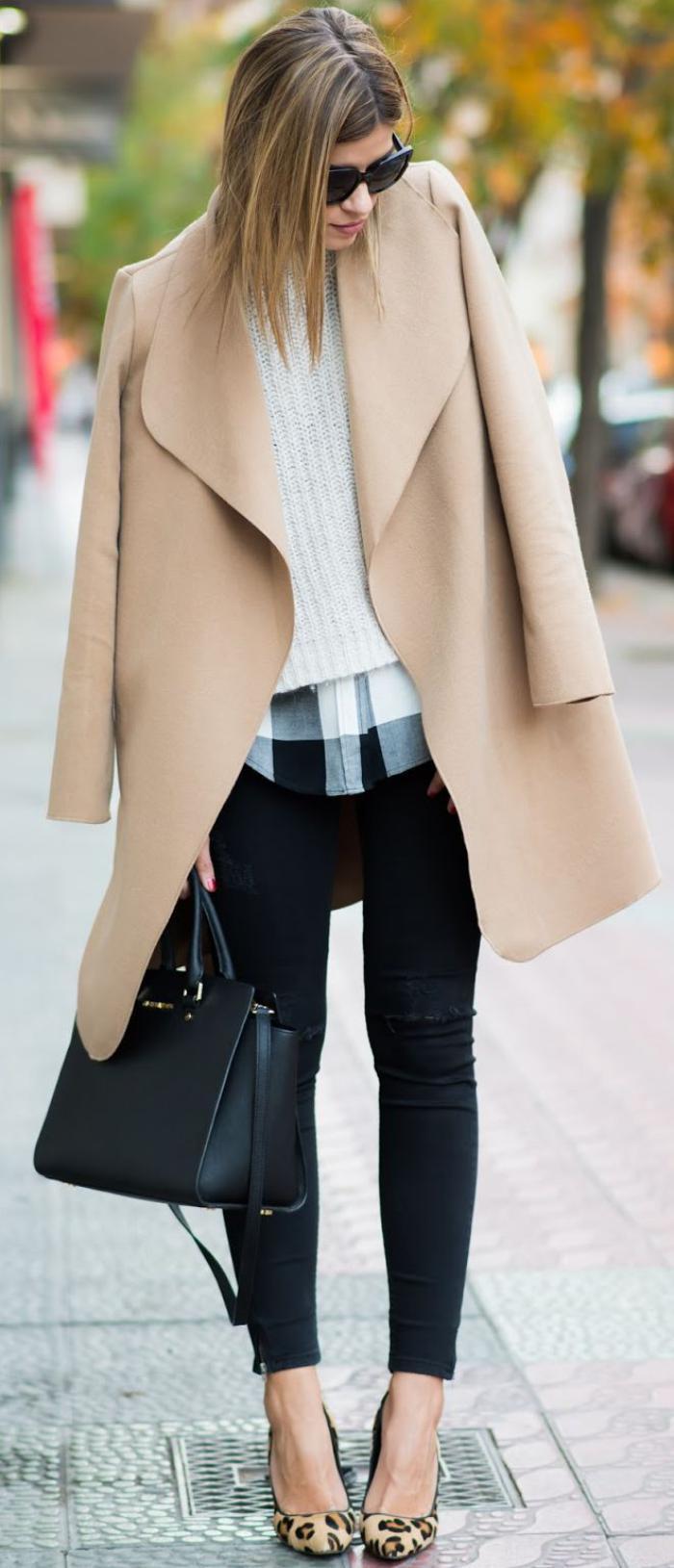 extarvaganter-Outfit-wintermantel-Karamell-Farbe-schönes-Modell-kariertes-Hemd-weißer-Pullover-schöne-Schuhe-mit-Tier-Print