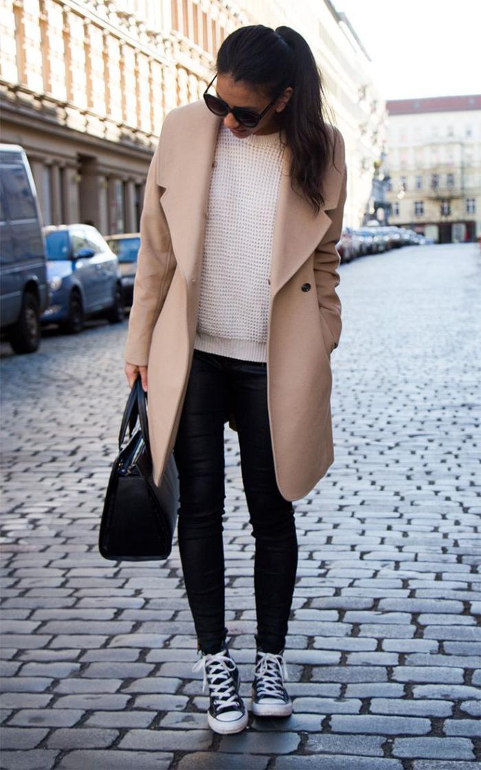 extravagante-Kombination-schwarze-Hosen-Damen-Mantel-Karamell-Farbe-Pullover