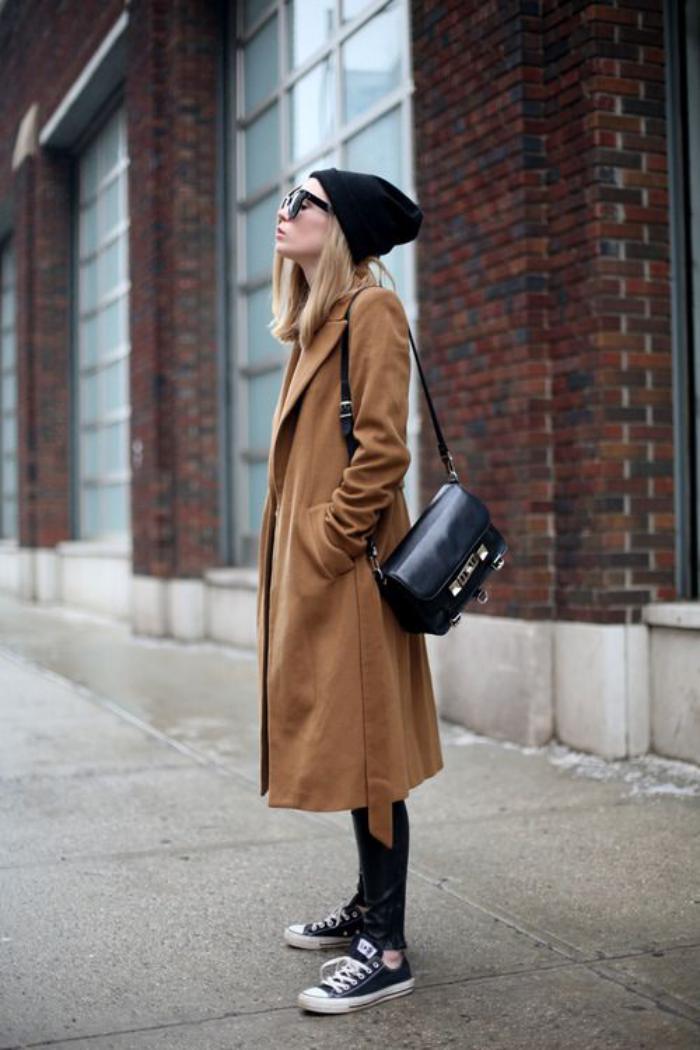 extravaganter-Outfit-wintermantel-Karamell-Farbe-Lederhosen-sportliche-Schuhe