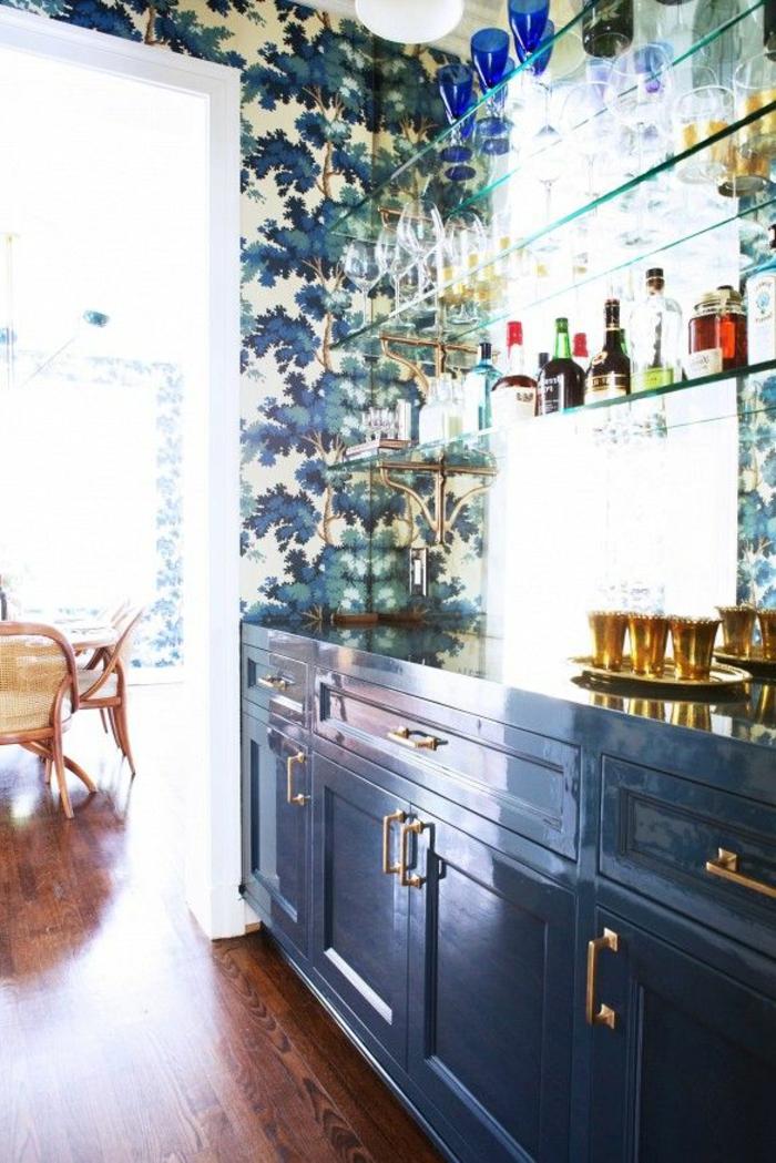 extravagantes-Küchen-Interieur-schöne-Tapeten-florale-Motive-dunkle-Nuancen