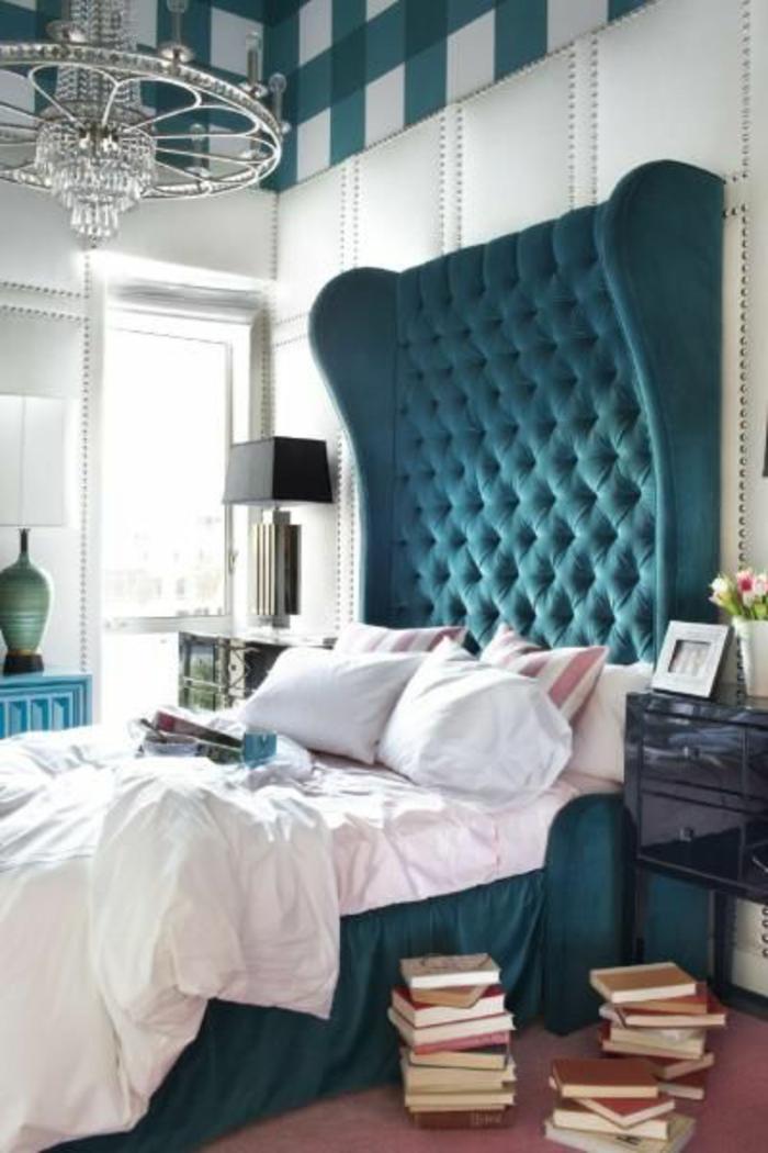 extravagantes-Schlafzimmer-Kronleuchter-Kristalle-französisches-bett-mit-gepolstertem-Kopfbrett-türkis-Farbe