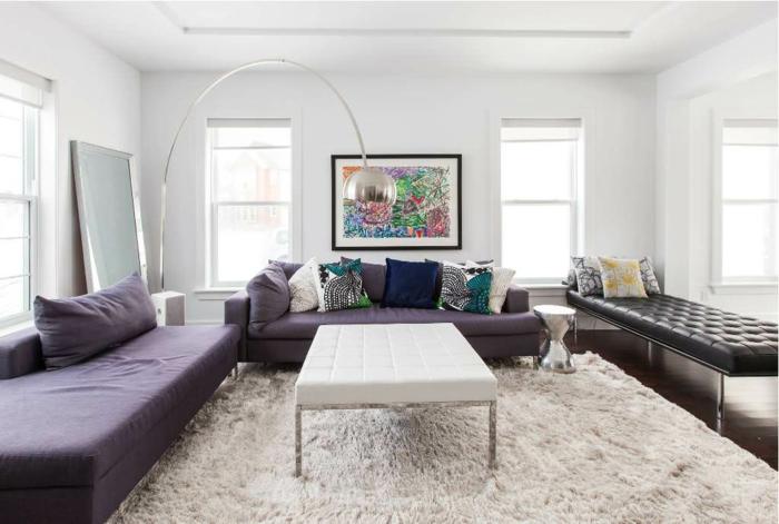extravagantes-Wohnzimmer-Interieur-lila-Möbel-moderne-Leuchte-großer-hochwertiger-Teppich