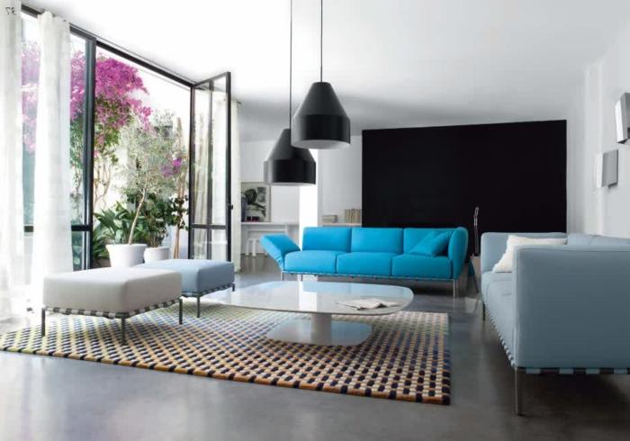 farbkombinationen-wand-im-wohnzimmer-weiß-und-schwarz-sofa-in-hellblau