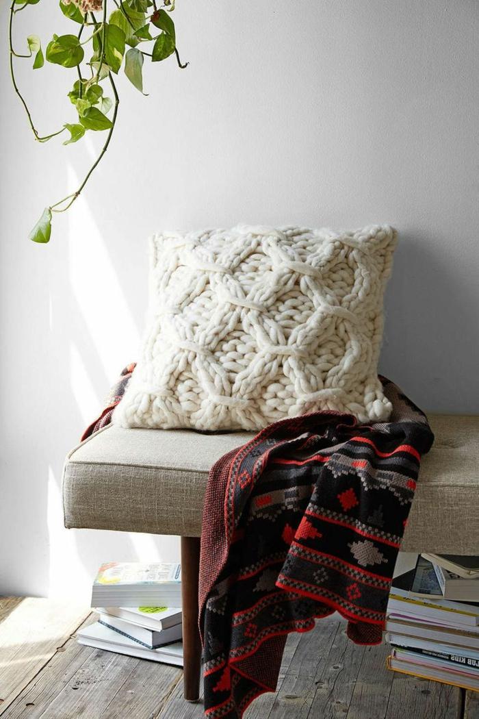 feines-Modell-Crochet-Kissen-Creme-Farbe-Boho-Stil-Schlafdecke