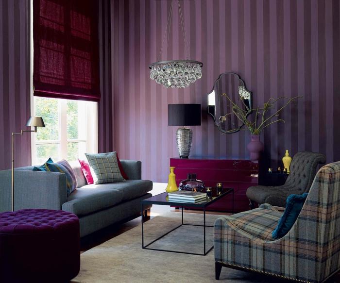 feines-Wohnzimmer-Design-attraktive-lila-Möbel-vintage-tapeten-Streifen