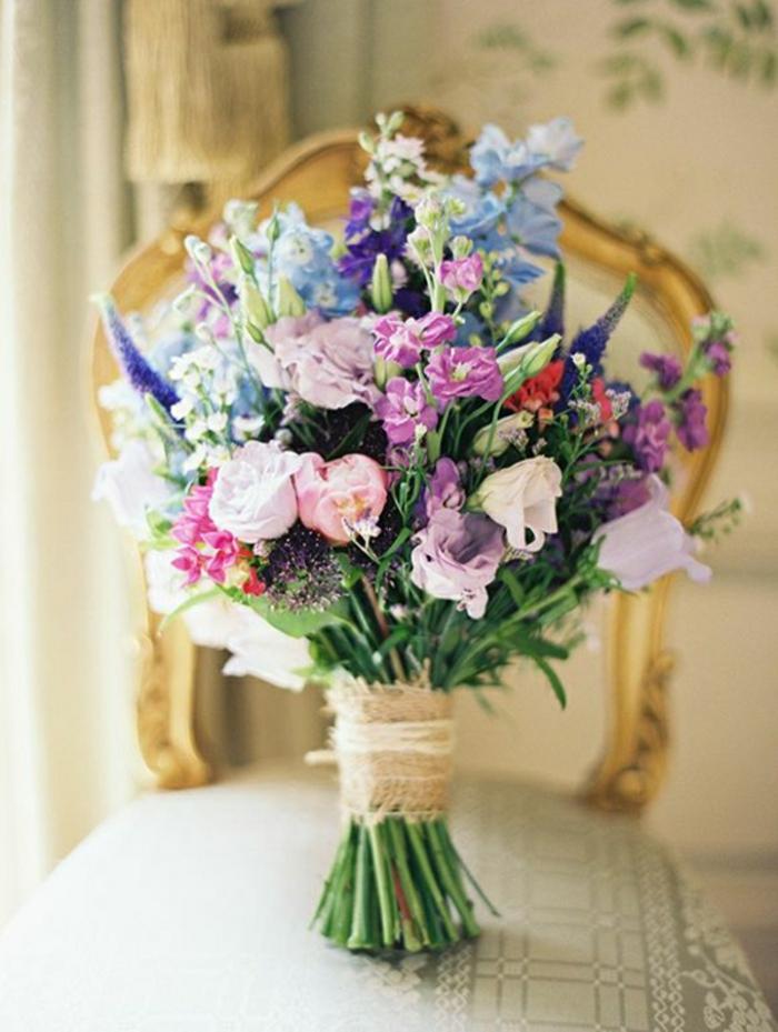 frische-Blumen-hochzeitsstrauß-blaue-lila-Nuancen