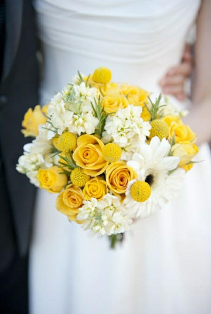 frisches-Blumen-Arrangement-für-Hochzeit-weiße-Gerbera-gelbe-Rosen