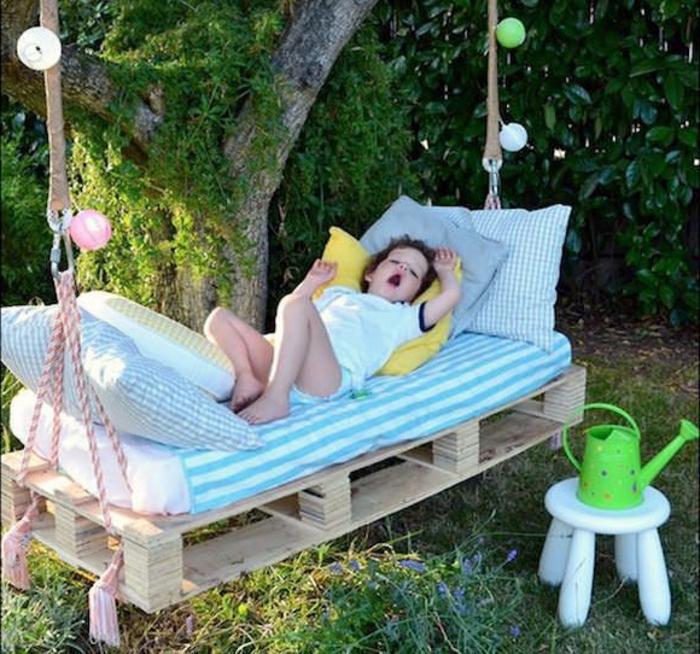 gartenmöbel-aus-paletten-hängendes-Bett-KInder