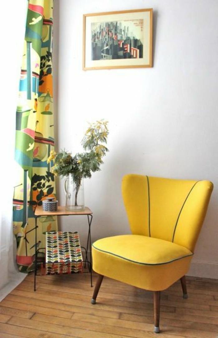 gelber-Loungesessel-kreatives-Design-bequemes-Modell-schwarzer-Kant-bunte-Gardinen