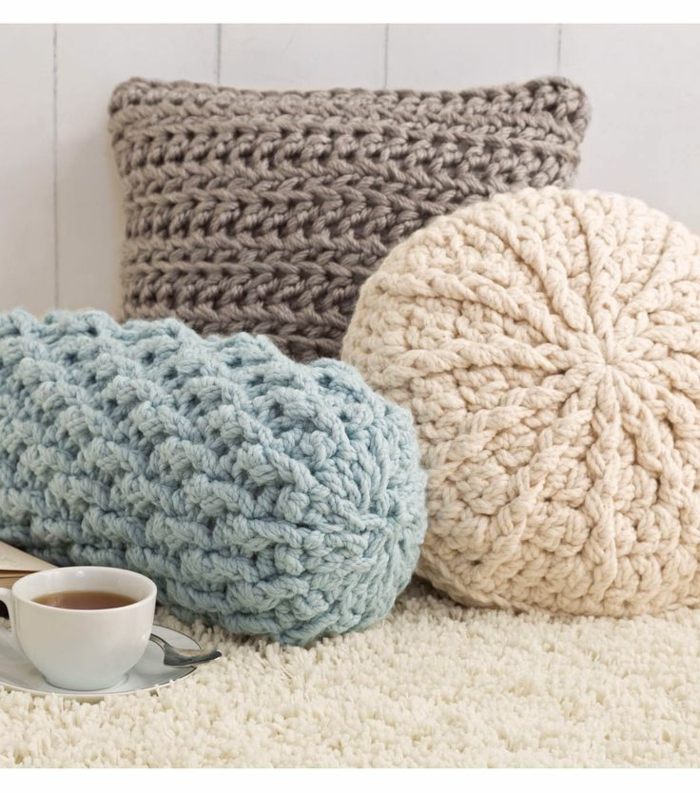 gemütliche-Atmosphäre-Crochet-Kissen-verschidene-Modelle-schöne-zärtliche-Pastellfarben-Teetasse