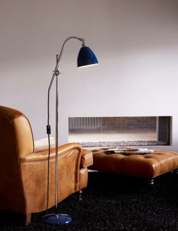 gemütliche-Atmosphäre-Leder-Sessel-blaue-leseleuchte