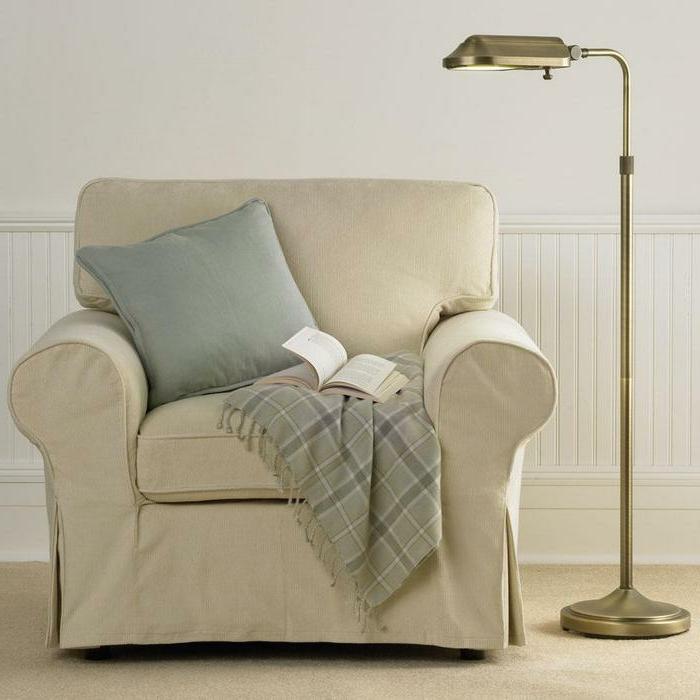 gemütliche-Atmosphäre-bequemer-Sessel-Kissen-Schlafdecke-Buch-leseleuchte-mit-feinem-Design