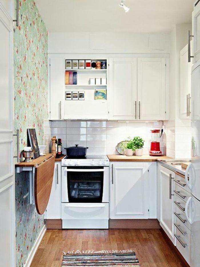 gemütliche-Küche-weiße-Möbel-schöne-florale-vintage-Tapeten