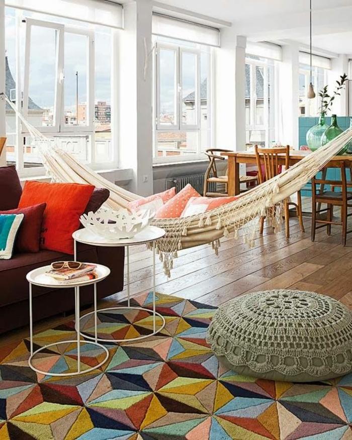 gemütliche-Wohnung-Balkon-Hängematte-farbige-Interieur-Ideen-bunter-Teppich-geometrische-Figuren