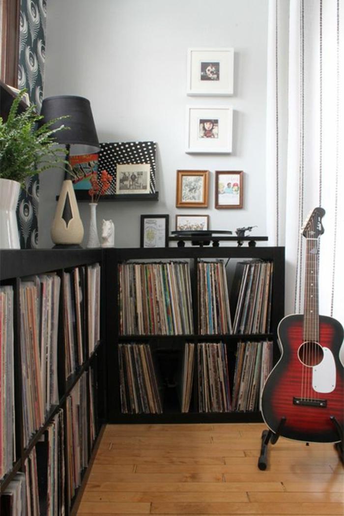 die akustik gitarre als teil des interieurs. Black Bedroom Furniture Sets. Home Design Ideas