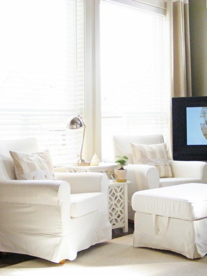 gemütliches-Interieur-weiße-Möbel-kleine-leseleuchte