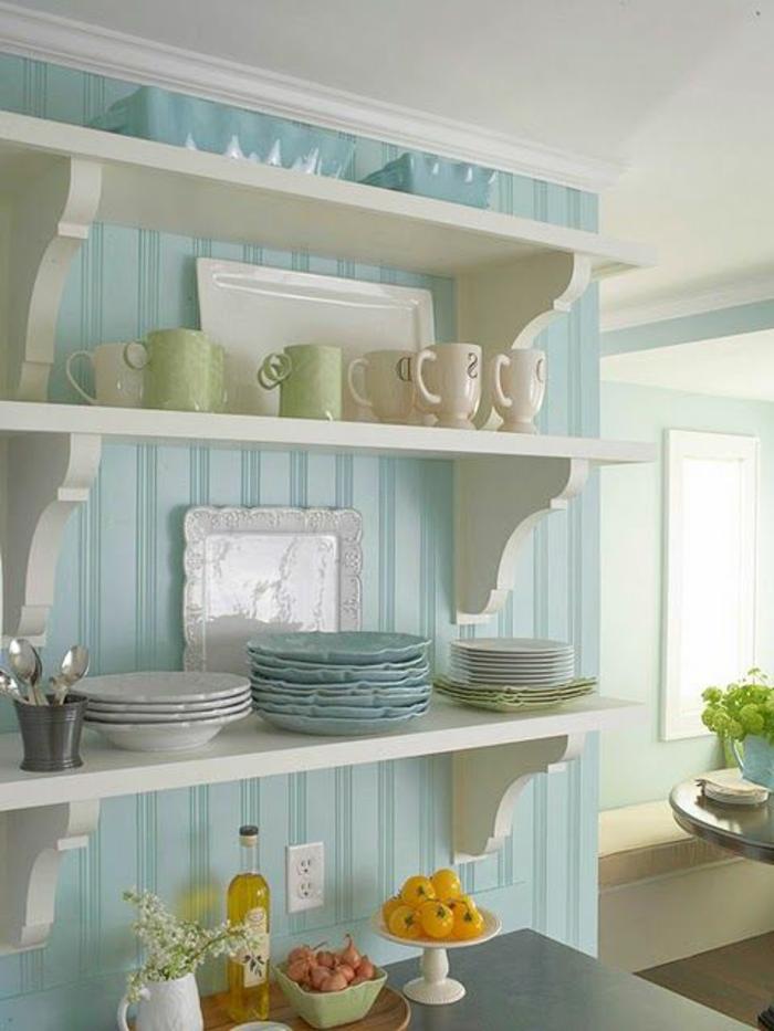 gemütliches-Küchen-Interieur-Geschirr-Gemüse-blaue-stilvolle-Tapeten