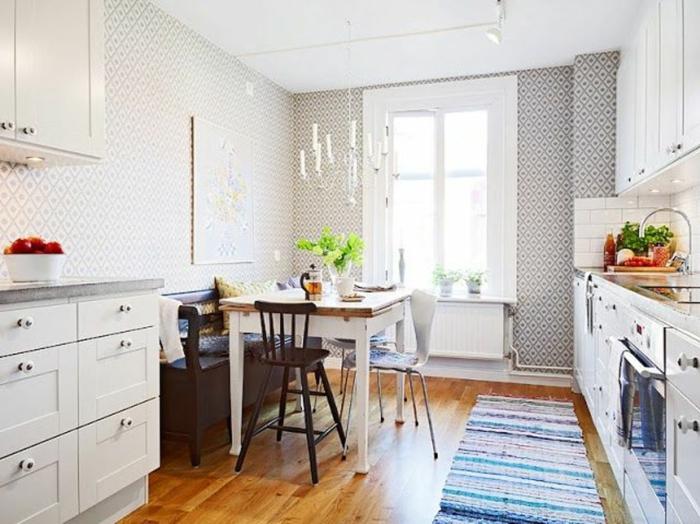 gemütliches-Küchen-Interieur-coole-Tapeten-graue-Ornamente