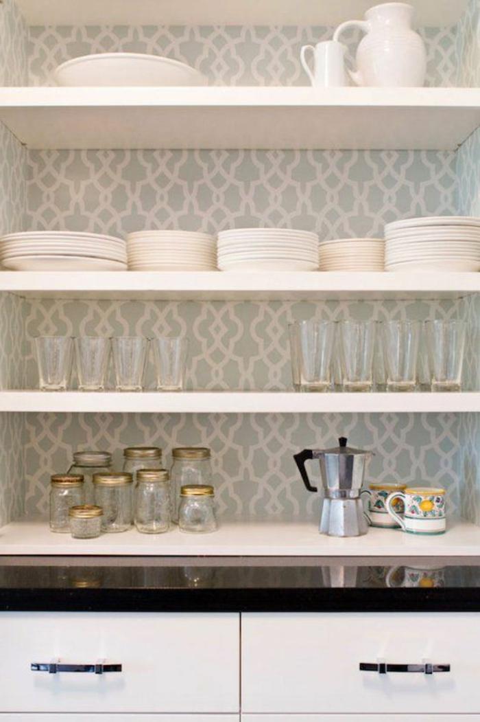 gemütliches-Küchen-Interieur-schöne-graue-Tapeten-weiße-Ornamente