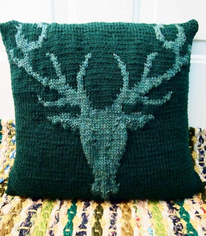 gemütliches-Modell-gestricktes-Kissen-grün-schöne-Hirsch-Gestalt-Dekoration