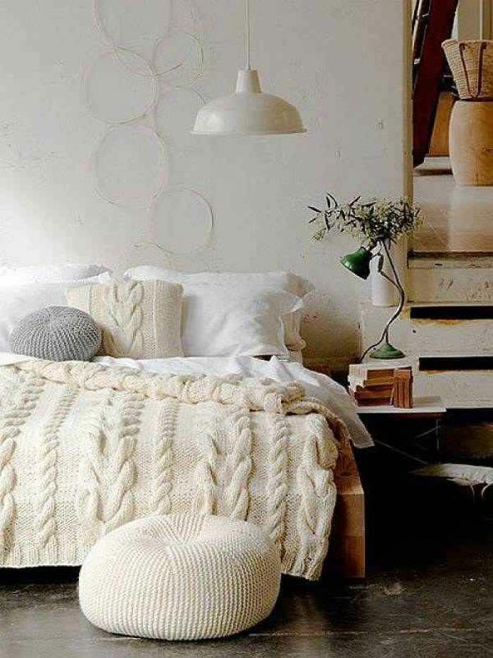 gemütliches-Schlafzimmer-gestrickte-Kissen-stricken-zopfmuster-gestrickte-Schlafdecke-Crochet-Hocker