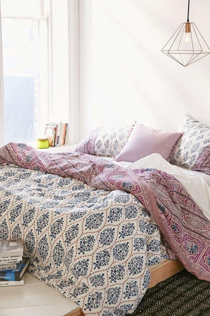 gemütliches-Schlafzimmer-schöne-Bettwäsche-Designer-Leuchte