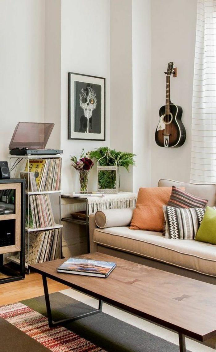 gemütliches-Wohnzimmer-Interieur-Erdtönungen-extravagantes-Wandbild-Akustik-Gitarre-an-der-Wand