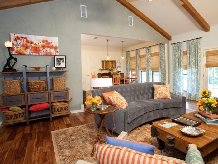 gemütliches-Wohnzimmer-Interieur-Landhaus-Elemente-halbrundes-Sofa-grau-Samt