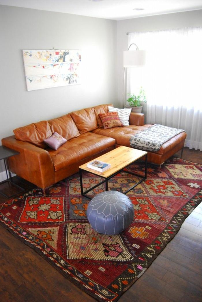 gemütliches-Wohnzimmer-Interieur-Leder-Sofa-vintage-Teppich