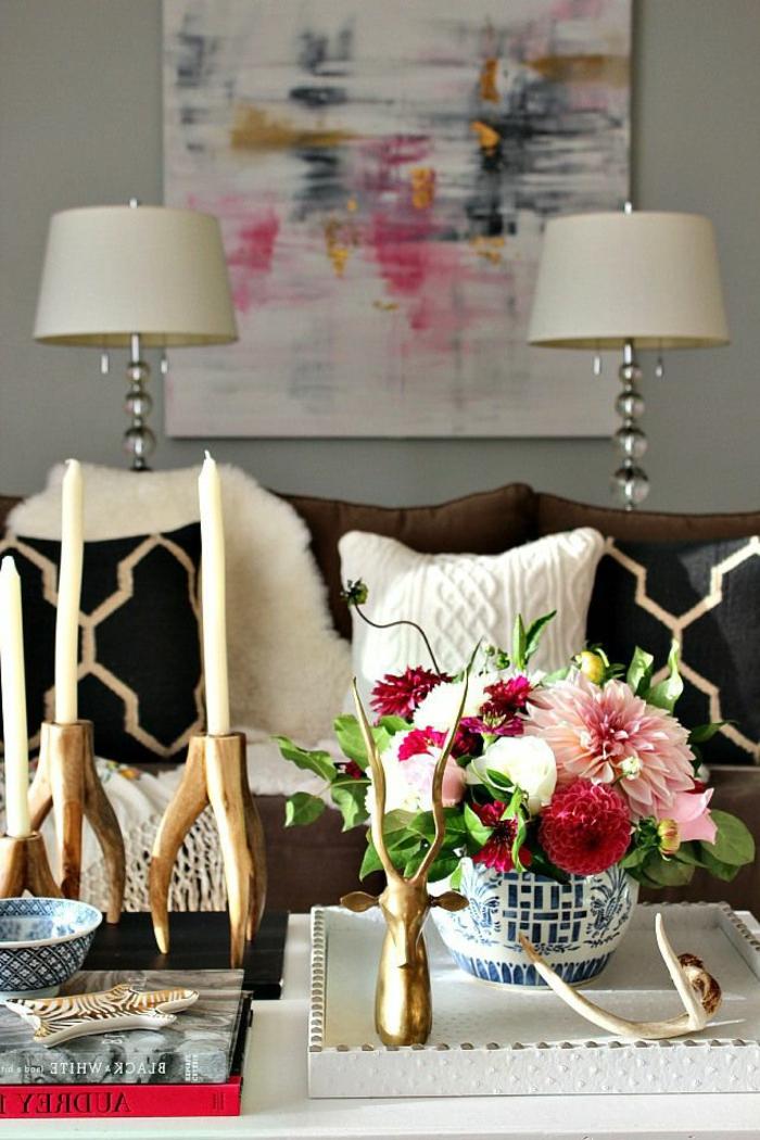 Gemütliches Wohnzimmer  Interieur Frische Blumen Dekoartikel Rustikale Kerzenhalter