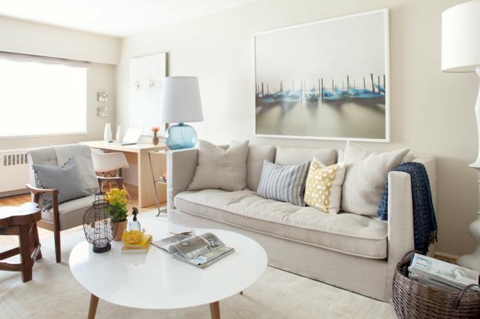 gemütliches-Wohnzimmer-Interieur-weiß-farbige-Dekoration-stilvolle-Leselampen