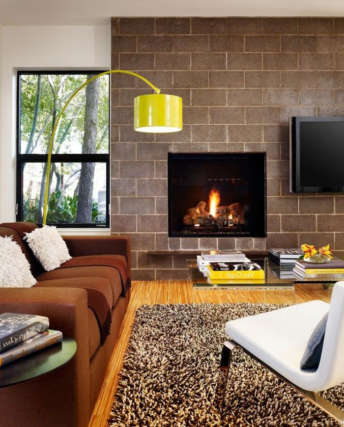 gemütliches-Wohnzimmer-Kamin-Sofa-extravagante-Kissen-gelbe-Interieur-Akzente-originelle-leseleuchte