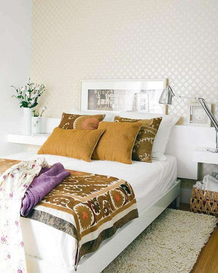 gemütliches-Schlafzimmer-schöne-braune-Bettwäsche-flaumiger-Teppich